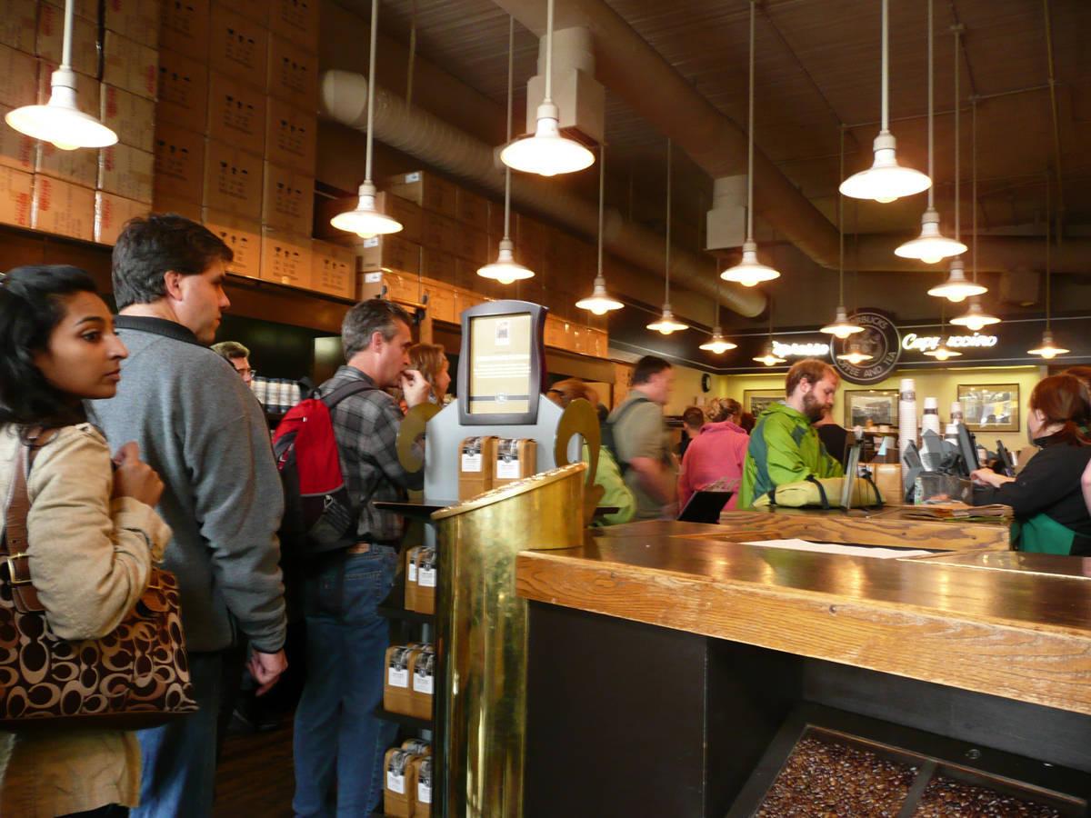 Khách hàng trải nghiệm mua hàng ở Starbucks