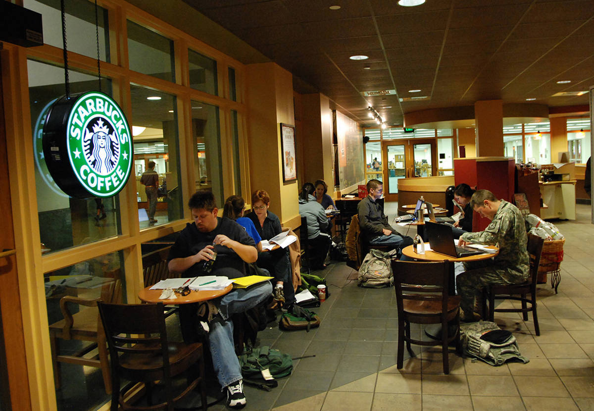 Khách hàng không phải tới Starbucks chỉ để uống cà phê mà họ đang trải nghiệm cả dịch vụ và không gian của thương hiệu